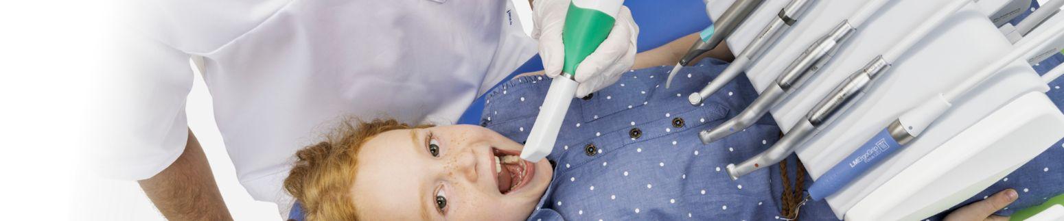 Nærbillede af pige i tandlæge unit